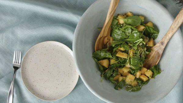 Cách làm món salad dưa lưới rau bina dễ ăn, lạ miệng tại nhà