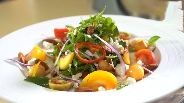 Cách làm món Salad đào sốt cay hấp dẫn lạ vị tại nhà