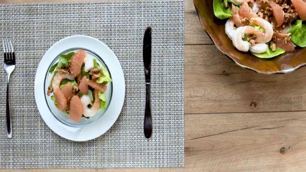 Hướng dẫn cách làm salad tôm bưởi hạt óc chó đơn giản tại nhà