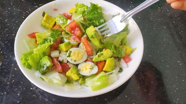 Mách bạn cách làm salad bơ trứng cút lạ miệng thanh mát cho bữa cơm gia đình