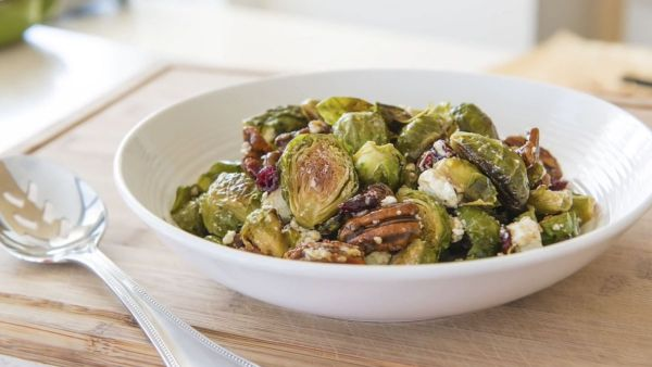 Mách bạn cách làm món salad bắp cải tí hon hạt hồ đào tươi mát hấp dẫn