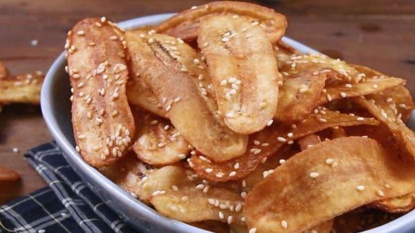 Mách bạn cách chế biến món snack chuối chiên mè giòn thơm hấp dẫn