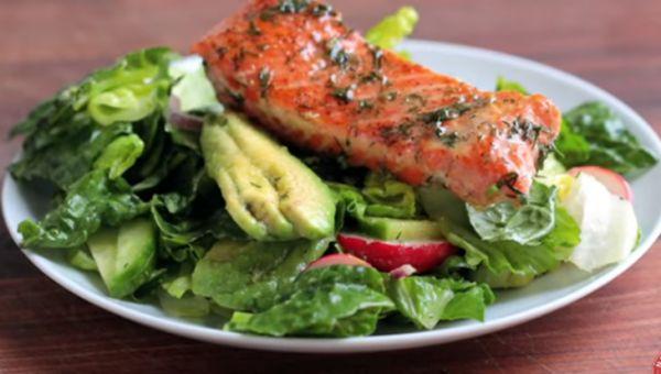 Hướng dẫn cách làm món salad bơ cá hồi thơm ngon, lạ miệng