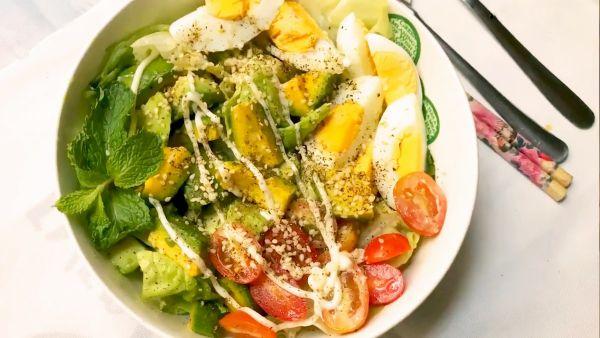 Hướng dẫn cách chế biến món salad bơ trứng gà dinh dưỡng cho cả gia đình