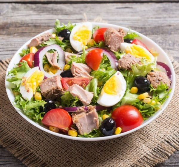 Mách bạn cách làm món salad cá ngừ ngâm dầu với trứng luộc