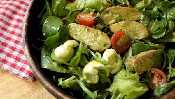 Cách làm món salad pesto ức gà lạ miệng, thơm ngon cho người ăn kiêng