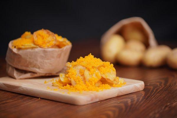 Mách bạn cách làm món snack khoai tây trứng muối giòn béo hấp dẫn