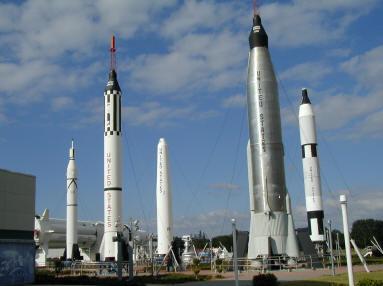 Hình 1: Trung tâm hàng không vũ trụ Ken-nơ-đi