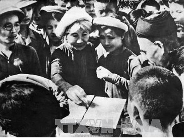 Hình 2: Cử tri Hà Nội đi bỏ phiếu bầu Quốc hội năm 1946