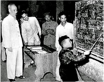 Hình 5: Chủ tịch Hồ Chí Minh thăm lớp Bình dân học vụ