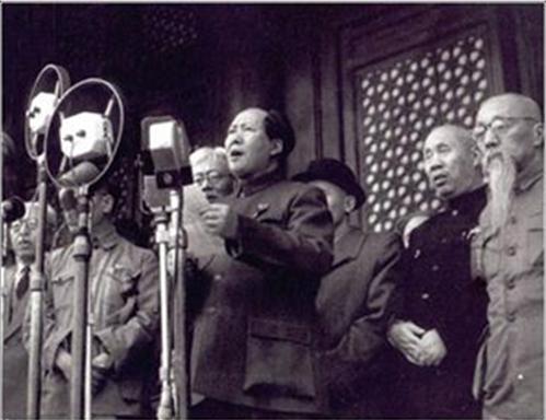 Hình 2: Chủ tịch Mao Trạch Đông tuyên bố thành lập nước Công Hòa nhân dân Trung Hoa