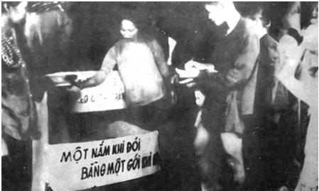 Hình 4: Nhân dân Nam Bộ quyên góp gạo cứu giúp đồng bào bị đói ở Bắc Bộ