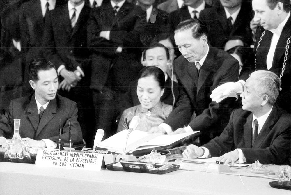 Hình 2: Lễ kí Hiệp định Pa-ri (1973)