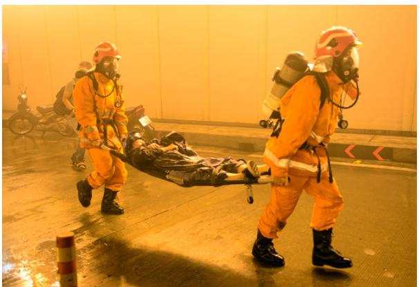 Hình 23.3 Xử lí nạn nhân bị ngạt khí, ngộ độc khí