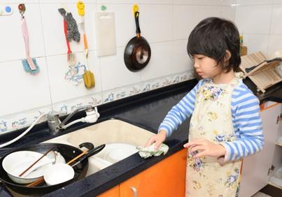 Rửa bát giúp bố mẹ