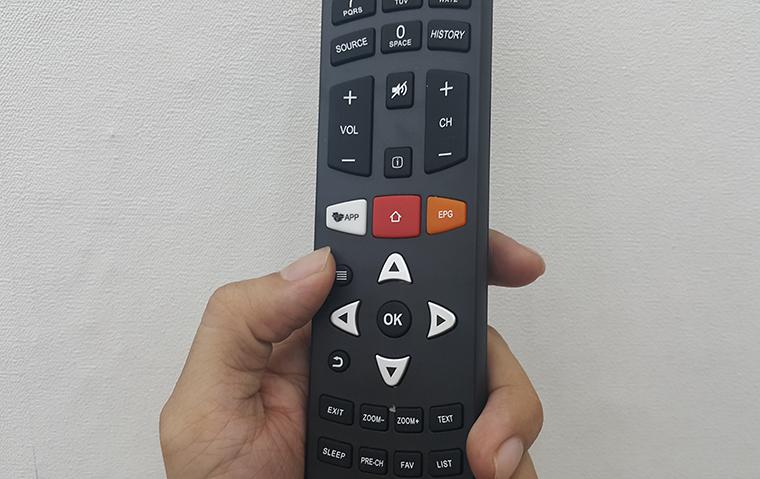 Nhấn nút có hình 3 dấu gạch trên remote
