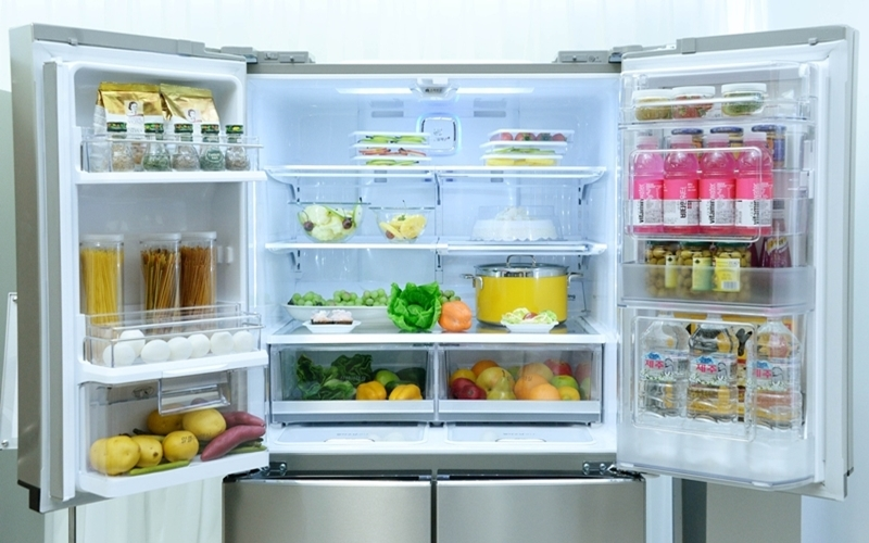 Đặt quá nhiều đồ ngay thành tủ lạnh sẽ làm tủ đóng không kín.