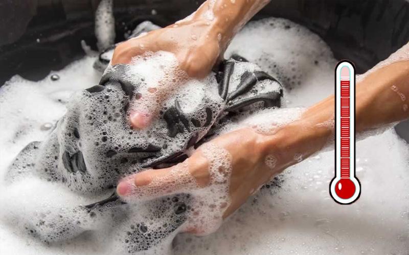 Ngâm quần áo trong nước nóng và vắt ráo giúp chúng nhanh khô hơn