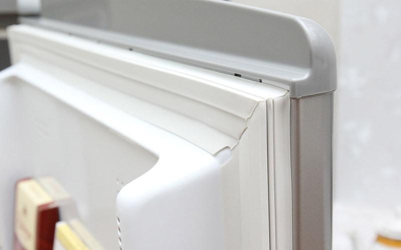 Gioăng tủ lạnh hư hỏng sẽ làm tủ đóng không kín.