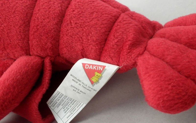 Kiểm tra chất liệu thú bông trên tem trước khi quyết định giặt chúng bằng máy giặt