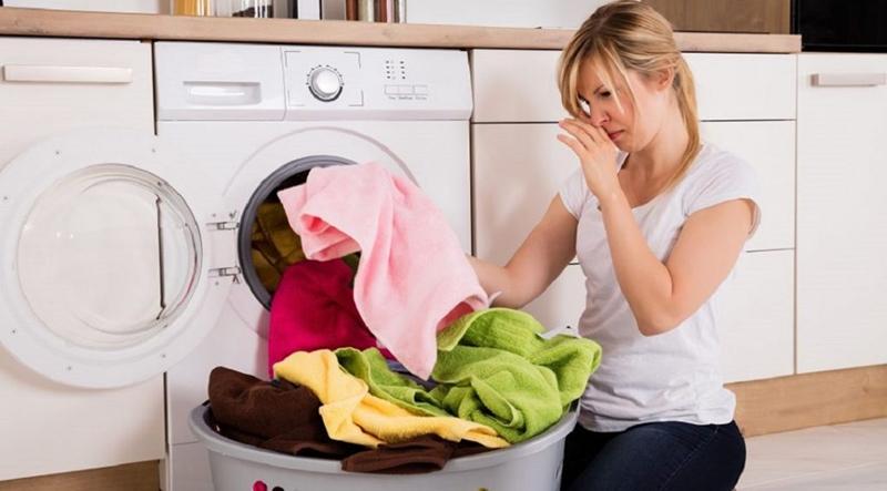 Nguyên nhân khiến quần áo dù giặt bằng máy giặt vẫn có mùi hôi