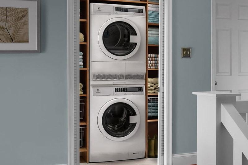 Việc chồng máy giặt lên sẽ không khiến cho máy bị tổn hại mà còn giúp cho không gian của bạn được gọn gàng hơn