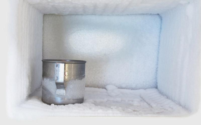 Cho vào ngăn mát tủ lạnh một ít đá, thực phẩm đông lạnh bạn sắp sử dụng để tăng thêm độ lạnh ngăn này, hạn chế sự hoạt động của bộ phận chế lạnh do nhiệt độ được điều hòa giúp tiết kiệm điện tốt hơn.