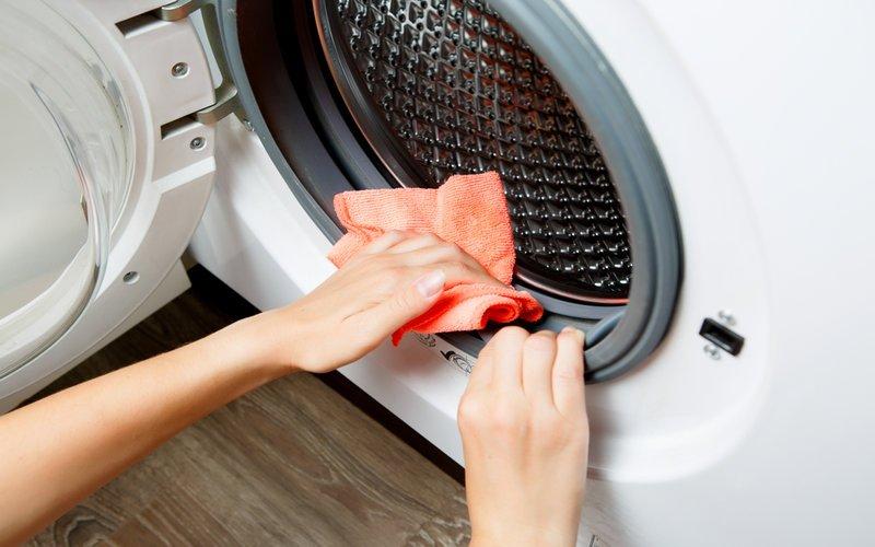 Phần cửa máy giặt nên được chăm chút sạch sẽ