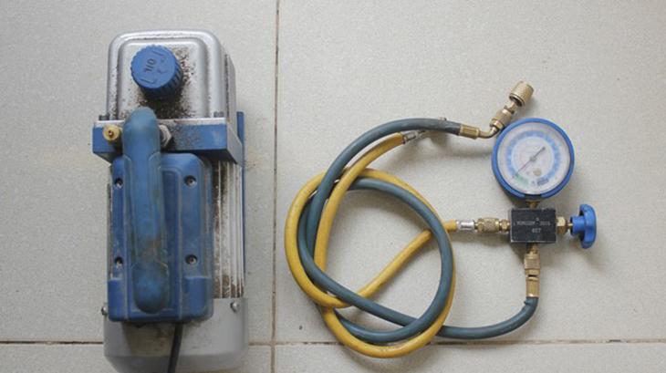 dụng cụ để hút chân không trong quá trình lắp đặt máy lạnh