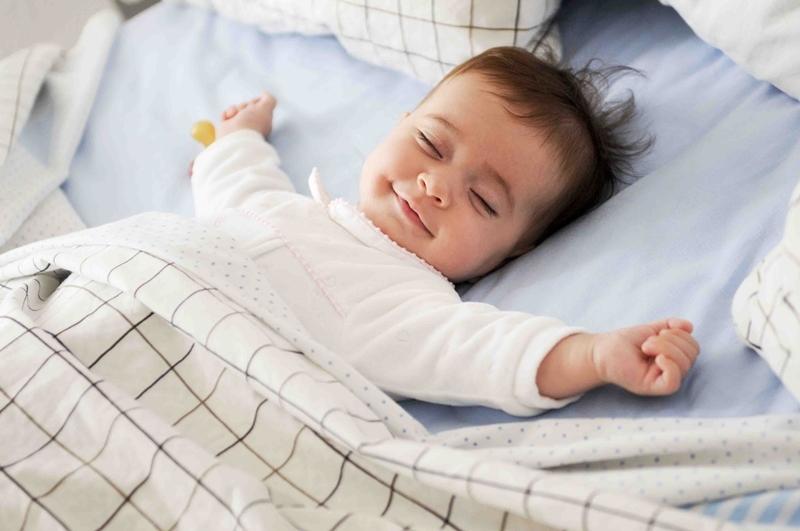 Đắp mền cho bé khi dùng quạt.