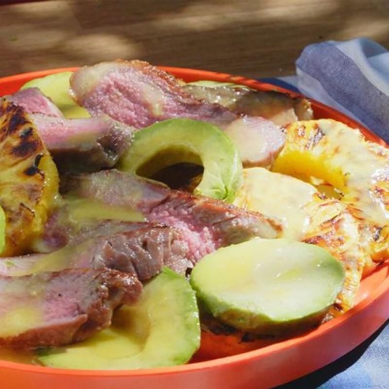 Thành phẩm món Salad bơ dứa thịt bò bít tết