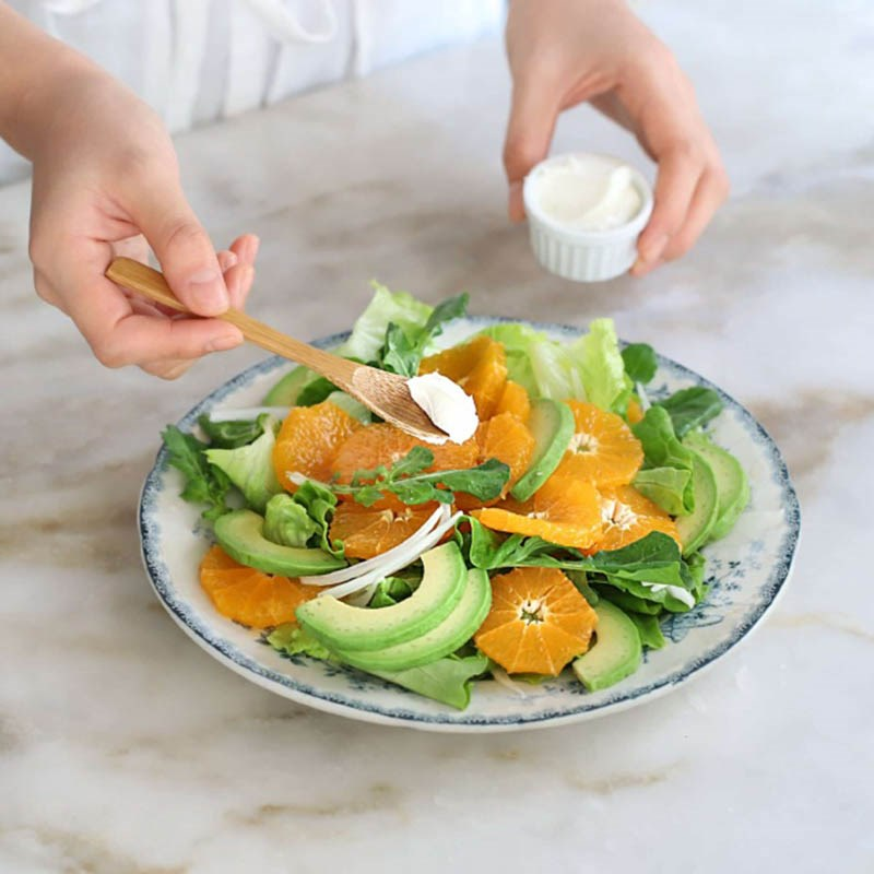 Hoàn thành  món salad quýt bơ