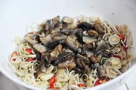 Trộn mắm cá linh với sả, tỏi, ớt, nước chanh