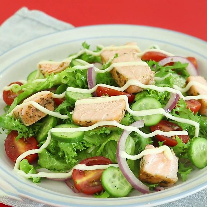 Salad cá hồi trộn dầu giấm